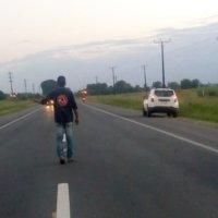 Cayó de la parte trasera de un camión en movimiento y murió al instante